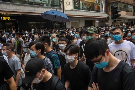 시위대가 홍콩의 주권 반환 23주년을 맞은 지난 1일 보안법에 반대하는 시가 행진을 벌이고 있다. 홍콩=EPA연합뉴스