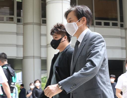 조국 전 법무부 장관(오른쪽)이 지난 3일 오후 외부에서 점심식사를 마치고 서초구 서울중앙지법으로 들어가고 있다. 뉴시스