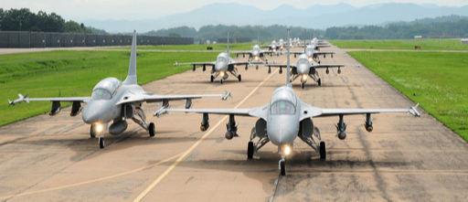 공군 TA-50 전술입문훈련기 편대가 활주로에서 이륙을 준비하고 있다. KAI 제공