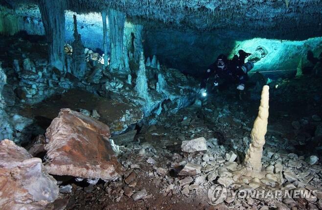 멕시코 수중동굴 탐사하는 연구자 [CINDAQ/INAH/AFP=연합뉴스] 재판매 및 DB 금지