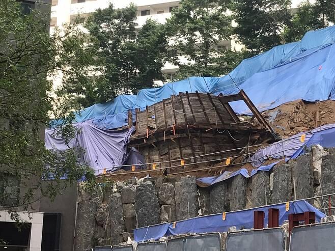 서울 사당동 아파트 흙막이 가시설물 기울어…주민 대피 [독자 제공. 재판매 및 DB 금지]
