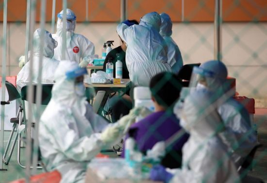 신종 코로나바이러스감염증(코로나19) 검사가 이뤄지고 있는 선별진료소. [이미지출처=연합뉴스]
