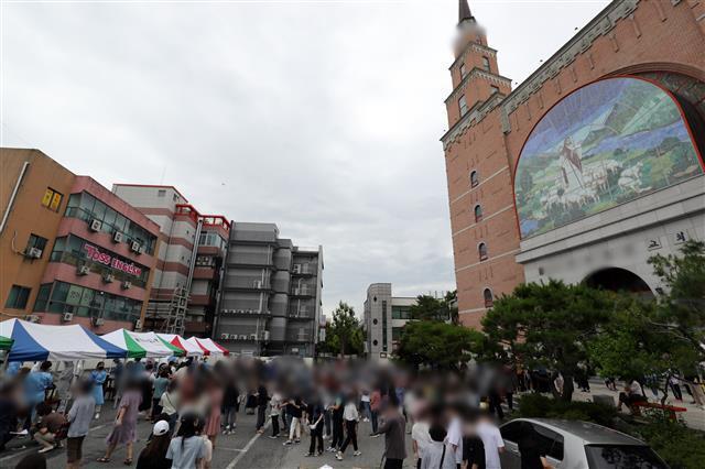 코로나 검사 위해 몰린 신자들 - 3일 오후 광주 북구 일곡동의 한 교회 앞에 설치된 이동선별진료소에서 해당 교회 신자와 가족들이 코로나19 검사를 받기 위해 줄지어 서있다. 2020.7.3 뉴스1