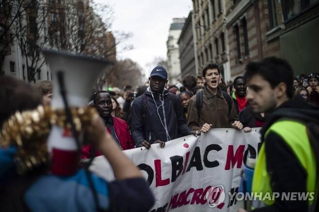 2018년 12월 프랑스 파리에서 대학생들이 정부의 외국 유학생 등록금 대폭 인상 방침에 반대하며 시위를 벌이고 있다. [EPA=연합뉴스 자료사진]