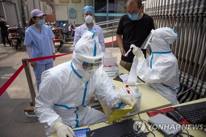 코로나19 검사하는 중국 의료진[AP=연합뉴스 자료사진]