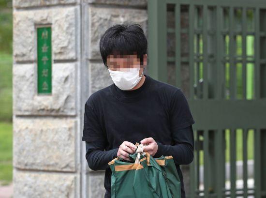 세계 최대 아동 성 착취물 사이트 '웰컴 투 비디오' 운영자인 손정우(24)씨가 6일 오후 법원의 미국 송환 불허 결정으로 석방되어 경기도 의왕 서울구치소를 나서는 모습. [이미지출처=연합뉴스]