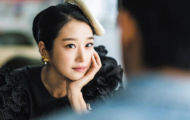"""고문영(서예지)은 과하게 화려한 옷차림과 공격적으로 쏟아내는 말 뒤에 외로움을 감추고 있다. """"동화는 현실 세계의 잔혹성을 그린 잔인한 판타지. 그러니 많이 읽고 꿈 깨라""""고 말하는 동화 작가다. /tvN"""
