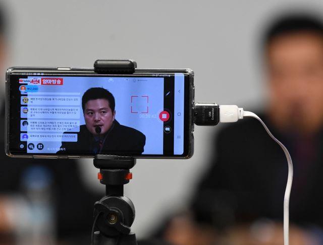 지난해 2월 10일 청와대 특별감찰반의 민간인 사찰 의혹을 제기한 김태우 전 검찰수사관이 서울 여의도 국회 의원회관에서 기자회견을 열자 보수 유튜버들이 핸드폰으로 생중계를 하고 있다. 윤성호 기자