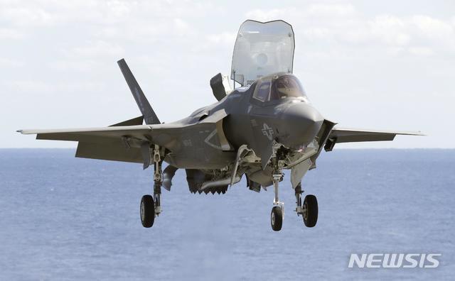 【 AP/뉴시스】일본 정부는 18일 해상자위대가 보유 중인 이즈모급 호위함을 사실상 항공모함(항모)로 개조한다는 내용을 포함한 방위계획대강(방위대강)을 각의(우리의 국무회의)에서 확정했다. 사진은 항모로 개조되는 이즈모함에 탑재할 수직 이착륙 스텔스 전투기 F-35B .2018.12.18
