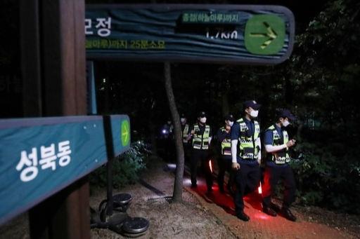 박원순 서울시장이 실종됐다는 신고가 경찰에 들어온 9일 밤 북악산 일대에서 경찰이 야간 수색을 하는 모습. 연합뉴스