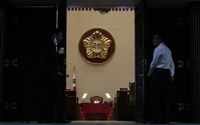 지난달 4일 국회 본회의장에서 임시회 개최를 하루 앞두고 사무처 직원들이 준비를 하고 있다. 오대근 기자