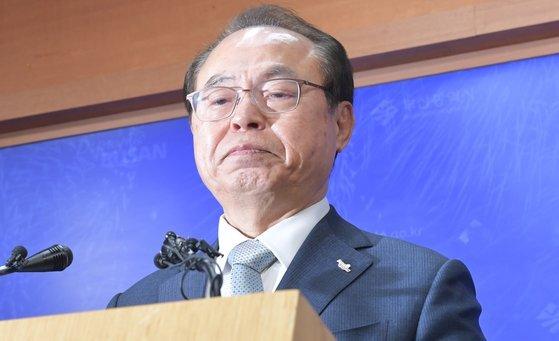 4월 23일 오거돈 전 부산시장이 기자회견을 열어 시장직 사퇴 의사를 밝힌 뒤 울먹이고 있다. 송봉근 기자