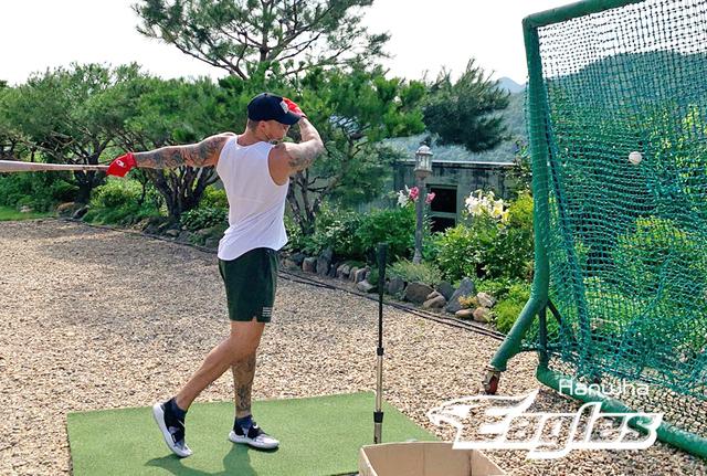 [서울=뉴시스] 한화 이글스 외국인 타자 브랜든 반즈가 자가격리 중 훈련하고 있다. (사진=한화 제공)