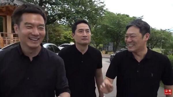 박원순 시장이 숨진 와룡공원을 찾아 방송을 진행하며 웃고 있는 출연진들. 가로세로연구소 캡처