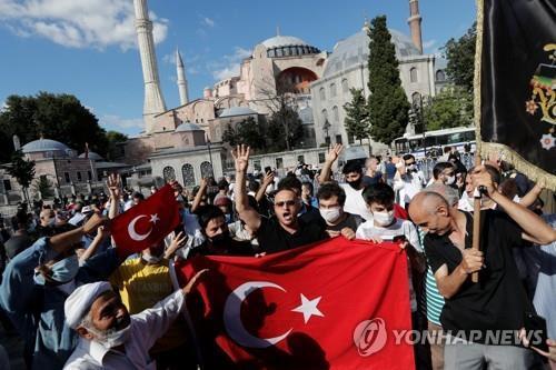 성소피아 박물관 지위 취소에 환호하는 터키의 이슬람 신자 [로이터=연합뉴스]