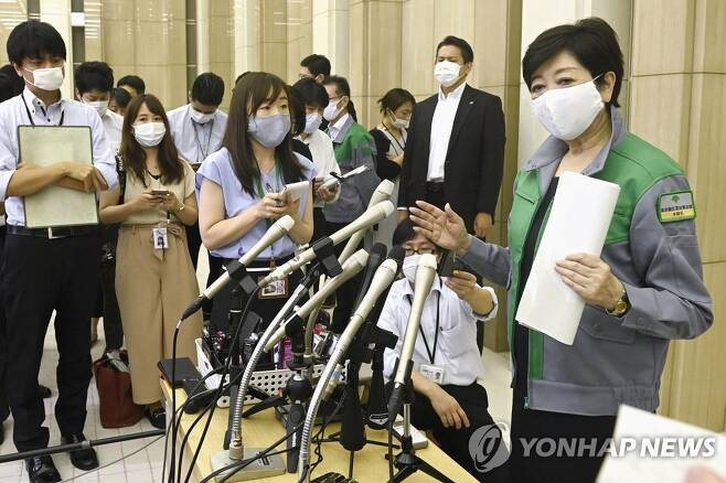 코로나19 확산 경고하는 일본 도쿄도 지사 (도쿄 AP=연합뉴스) 고이케 유리코 일본 도쿄도 지사가 지난 9일 청사에서 취재진을 통해 신종 코로나바이러스 감염증(코로나19) 확산에 각별한 주의를 기울일 것을 당부하고 있다. 도쿄에서는 이날 224명의 코로나19 신규 환자가 발생해 1일 최다 발생 기록을 경신했다. sungok@yna.co.kr