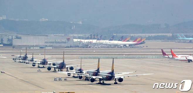 인천국제공항 계류장에 비행기가 계류돼있다.  2020.4.14/뉴스1 © News1 황기선 기자