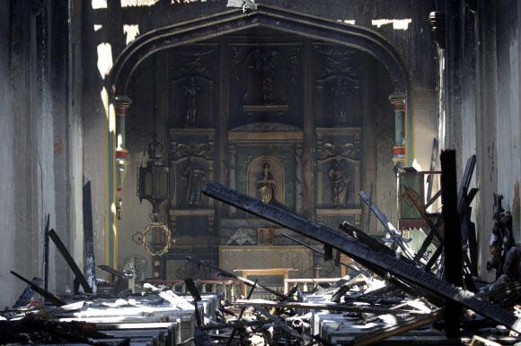 249년 역사의 미국 캘리포니아주 샌 가브리엘 성당 내부가 11일(현지시간) 새벽 발생한 화재로 고스란히 탄 채 전면 제단만 간신히 남아 있다.샌 가브리엘 AP 연합뉴스