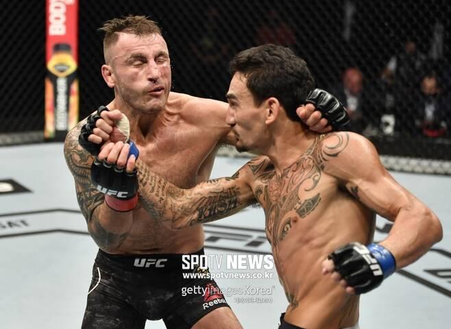 ▲ 알렉산더 볼카노프스키는 지난 12일 UFC 251에서 맥스 할로웨이에게 초반 밀리다가 중후반 적극적으로 공격해 겨우 판정승했다.