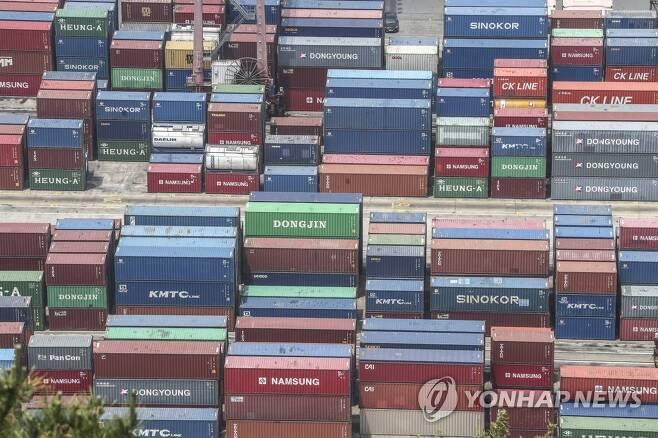 지난달 부산항 신선대부두에 쌓인 컨테이너 [연합뉴스 자료사진]