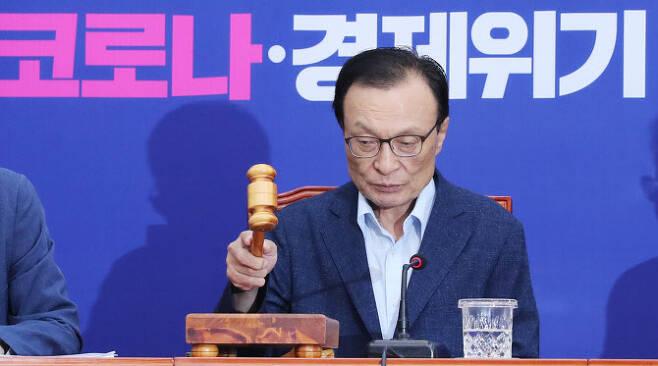 더불어민주당 이해찬 대표가 15일 서울 여의도 국회에서 열린 최고위원회의에서 속개선언을 하고 있다. (사진=연합뉴스)