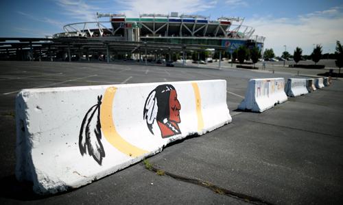 지난 13일 미국프로풋볼(NFL) 워싱턴 레드스킨스의 홈구장인 페덱스필드 앞에 팀의 로고가 그려진 바리케이드가 세워져 있다. 1933년부터 레드스킨스라는 이름을 써온 워싱턴 구단이 최근 미국에 불어닥친 인종차별 반대 물결 속에 결국 이름을 바꾸기로 결정했다. AP연합뉴스