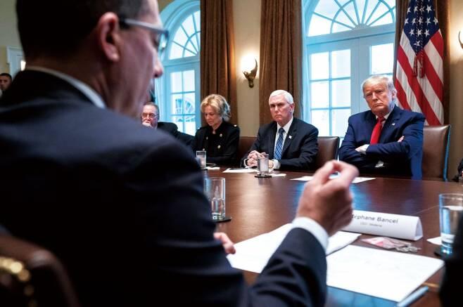 도널드 트럼프 미국 대통령(오른쪽)이 3월20일 스테판 반셀 모더나 CEO의 말을 듣고 있다. ⓒAFP 연합