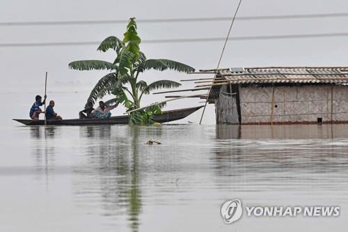 인도 동북부 아삼주 캄루프 지구의 침수된 마을. [AFP=연합뉴스]