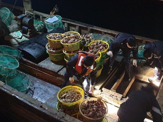 2018년 인천 백령도 해상에서 해경에 나포된 중국어선. 해경이 배에 오르지 못하도록 배에 쇠창살을 달아놨다. [사진 중부지방해양경찰청 서해5도 특별경비단]