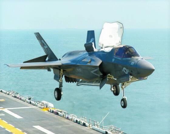 F-35B 전투기는 항모와 대형 함정에서 수직이착륙도 가능하다. [록히드마틴]