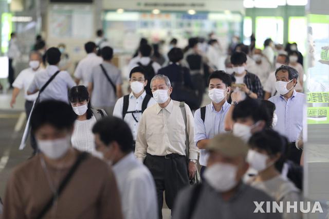[도쿄=신화/뉴시스]지난 9일 일본 도쿄 신주쿠역에서 시민들이 신종 코로나바이러스 감염증(코로나19) 예방을 위한 마스크를 착용하고 걷고 있다. 2020.07.15.