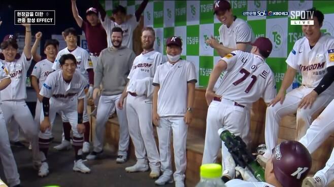 ▲ 15일 홈런을 친 키움 전병우(오른쪽 아래)가 동료들과 '바주카포 세리머니'를 선보이고 있다. ⓒSPOTV 캡처.