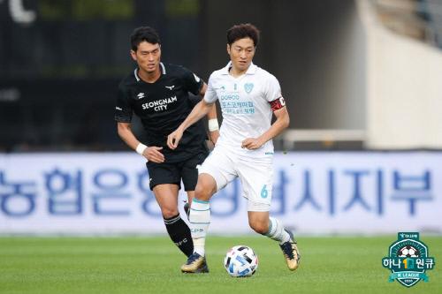 포항 미드필더 최영준(오른쪽). 제공 | 한국프로축구연맹