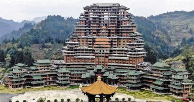 공사 중단된 높이 99.9m 목제 호텔 - 중국 두산현이 기네스 기록을 노리고 만든 높이 99.9m 목제 호텔 '수이쓰러우'. 두산현은 이 호텔 건설에 2억위안(약 340억원)을 투입했지만 재정상 이유로 공사는 중단된 상태다. /웨이보