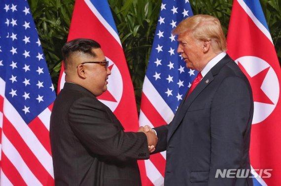 지난 2018년 싱가포르 1차 북미정상회담 당시 만난 도널드 트럼프 미국 대통령(오른쪽)과 김정은 북한 국무위원장 /사진=뉴시스
