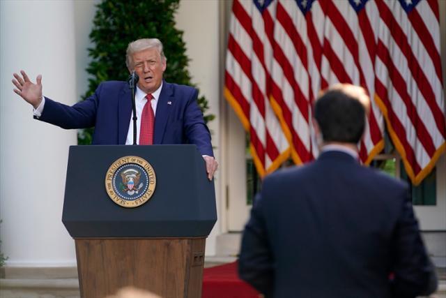 도널드 트럼프 미국 대통령이 14일 워싱턴DC 백악관의 로즈 가든에서 열린 기자회견에서 발언하고 있다. 워싱턴=AP 연합뉴스