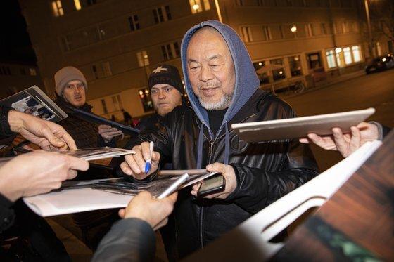 중국의 반체제 예술가 아이웨이웨이가 2월 16일 독일 베를린에서 팬들에게 사인을 해주고 있다. [EPA=연합뉴스]
