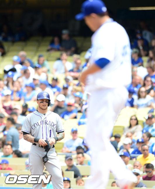 [OSEN=다저스타디움(LA 미국 캘리포니아주), 지형준 기자] 2014년 4월28일(한국시간) 콜로라도-다저스전에서 2회초 2사 주자 만루 콜로라도 반스가 다저스 선발 류현진을 상대로 중전 2타점 적시타를 날린 후 1루에서 류현진을 바라보고 있다. /jpnews@osen.co.kr