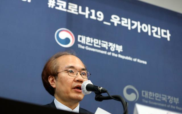 코로나19 보건복지부-질병관리본부 외신 브리핑이 열린 17일 오후 서울 중구 프레스센터에서 권준욱 방역대책본부 부본부장이 브리핑을 하고 있다. 뉴시스