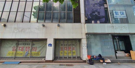 17일 서울 시내 한 건물에 임대 안내문이 붙어 있다.   기사 내용과는 관련 없음. [연합뉴스]