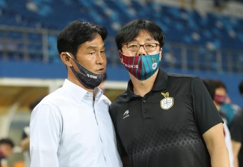 각 팀 마스크를 쓴 채 대화하는 최용수-황선홍 감독 김연수 기자