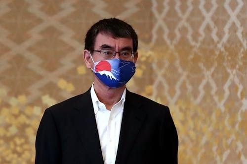 마스크 쓴 고노 다로 일본 방위상 AP