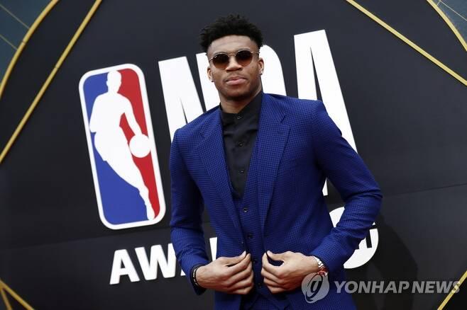 지난 시즌 NBA 정규리그 최우수선수상을 받은 아데토쿤보. [EPA=연합뉴스 자료사진]