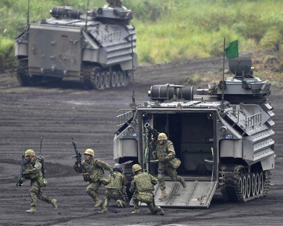2018년 8월 일본 시즈오카(靜岡)현 고텐바(御殿場)시 소재 히가시후지(東富士) 훈련장에서 열린 자위대 화력훈련에 육상자위대 수륙기동단과 상륙돌격장갑차 AAV-7이 참가했다. [연합뉴스]