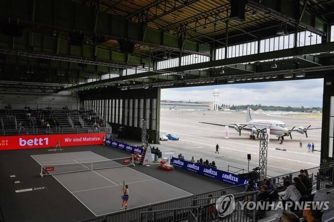 공항 격납고에서 열린 스비톨리나와 크비토바의 결승전 모습. [AFP=연합뉴스]