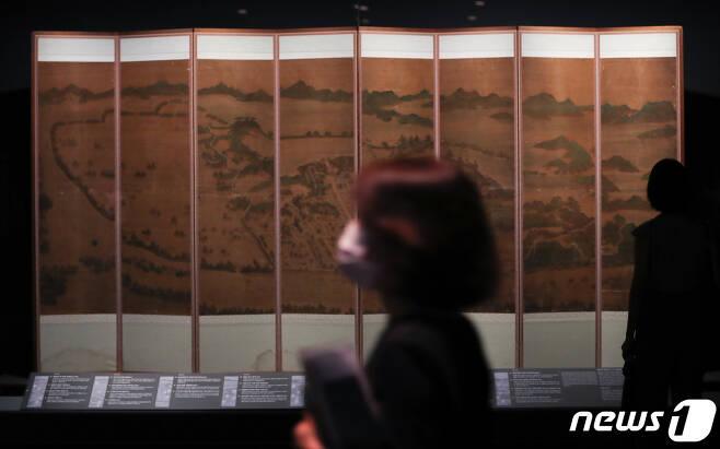 20일 서울 용산구 국립중앙박물관에서 열린 '새 보물 납시었네, 신국보보물전 2017-2019' 기자 설명회에서 참석자들이 '평양 유람'를 관람하고 있다. 2020.7.20/뉴스1 © News1 허경 기자