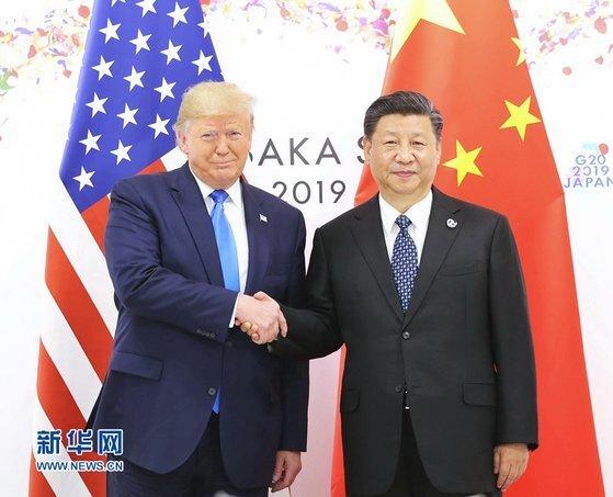도널드 트럼프 미국 대통령과 시진핑 중국 국가주석이 서로 손을 맞잡은 모습처럼 미중 관계 또한 갈등을 극복하고 앞으로 나아갈지는 극히 미지수다. 미국의 중국 때리기 수위가 위험 수준을 넘어서고 있기 때문이다. [중국 신화망 캡처]