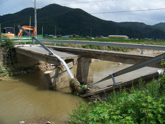 2010년 7월17일 새벽 집중호우로 발생한 경북 고령군 운수면 운산1리 마을입구 교량 붕괴로 인한 피해는 낙동강 지류인 회천에 유입되는 금성천에서 발생했다. | 환경운동연합 제공