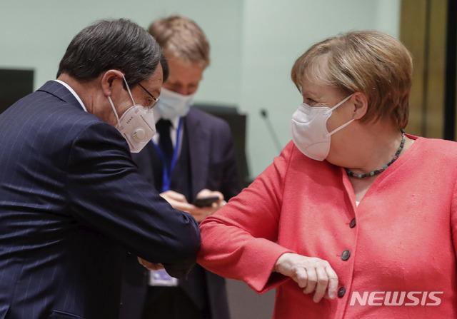 [브뤼셀=AP/뉴시스]앙겔라 메르켈 독일 총리(오른쪽)와 니코스 아나스타시아데스 키프로스 대통령이 17일(현지시간) 브뤼셀에서 열린 유럽연합(EU) 정상회의에서 팔꿈치를 부딪히며 인사하고 있다. 2020.7.18.