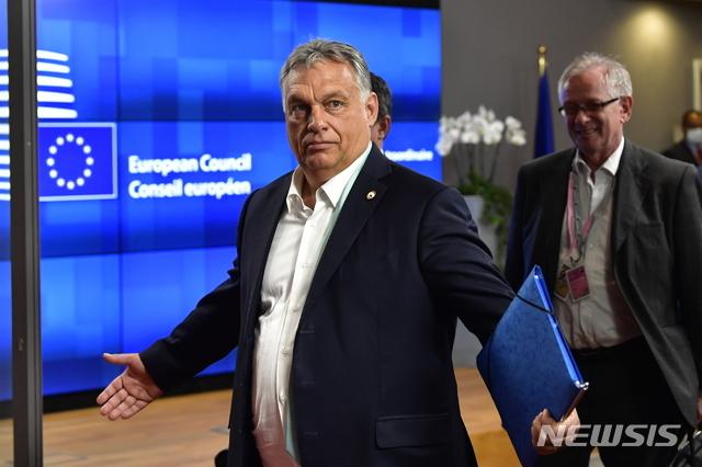 [브뤼셀=AP/뉴시스] 빅토르 오르반 헝가리 총리가 18일(현지시간) 황당하다는 손짓을 하며 벨기에 브뤼셀의 유럽연합(EU) 정상회의 회의장을 빠져나가고 있다. 그는 민주적인 조건을 갖춘 국가에만 신종 코로나바이러스 감염증(코로나19) 경제회복기금을 지급하겠다는 EU의 계획에 강하게 반발했다. 2020.7.20.